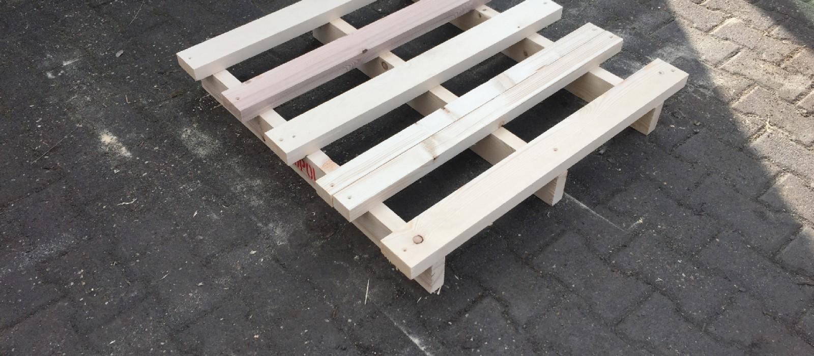 Holzpalette-mit-2-eingerückten-Bodenkufen-und-5–Deckbrettern