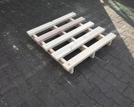 Holzpalette-mit-2-eingerückten-Bodenkufen-und-5--Deckbrettern