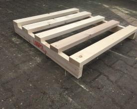 Holzpalette-mit-5-bündigen-Deck--und-zwei-Bodenbrettern
