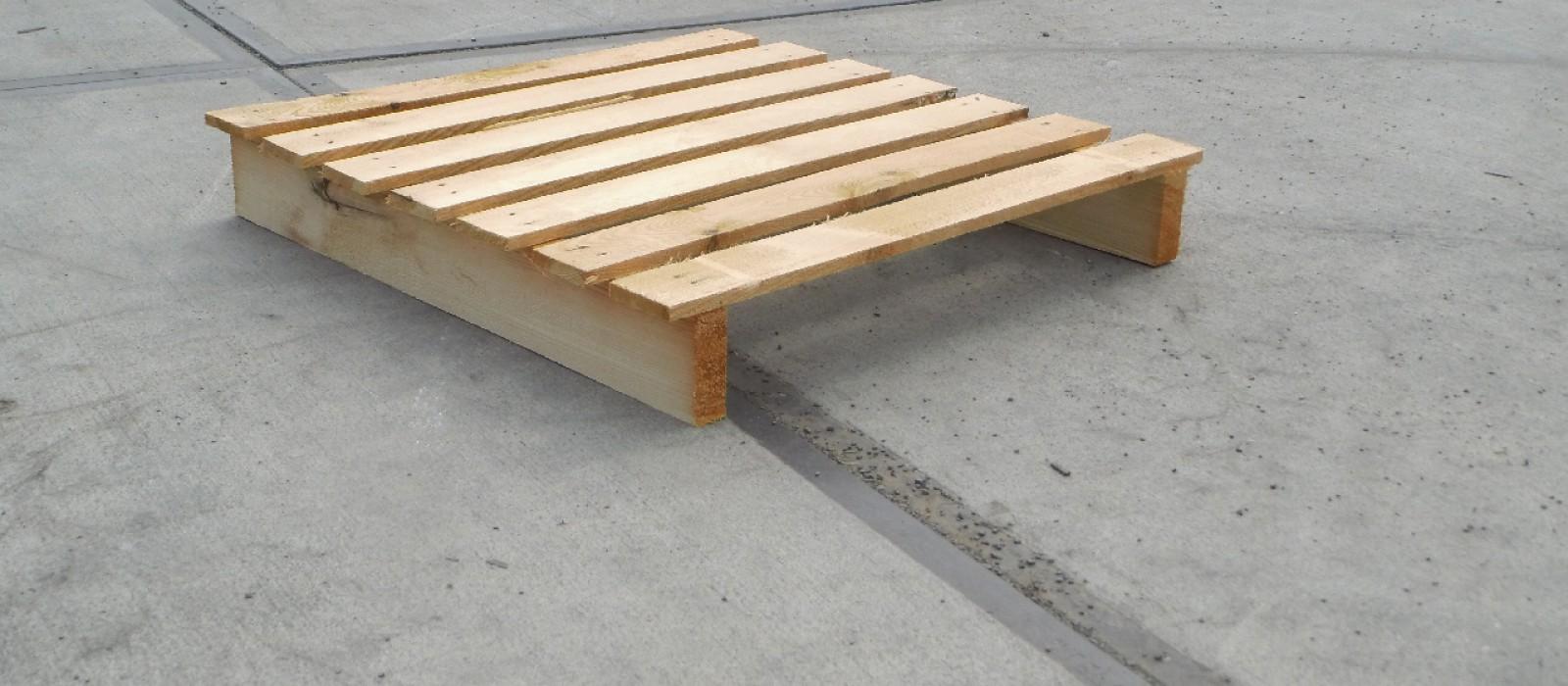 Holzpalette-mit-7-Deckbrettern-und-2-Bodenkufen