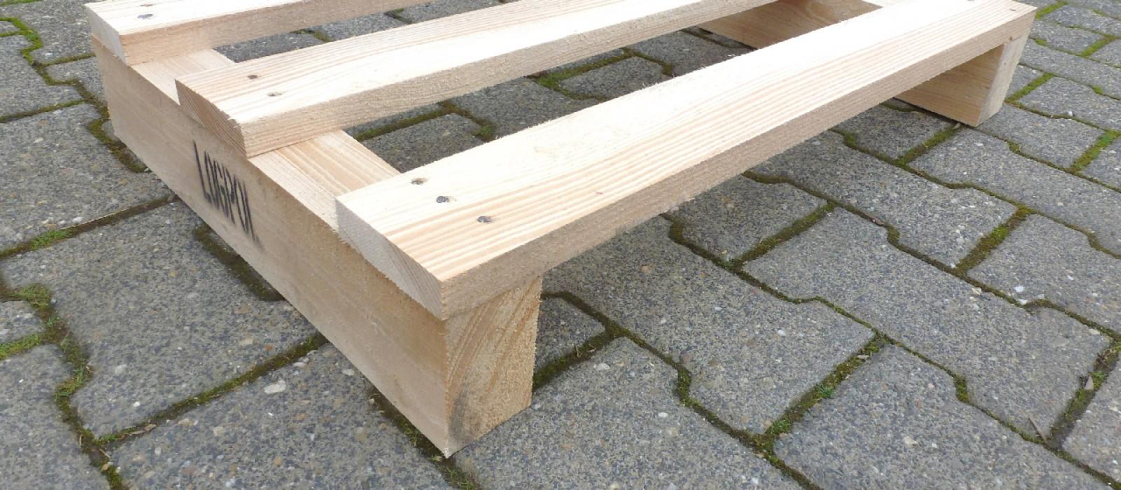 Holzpalette-mit-drei-Deckbrettern