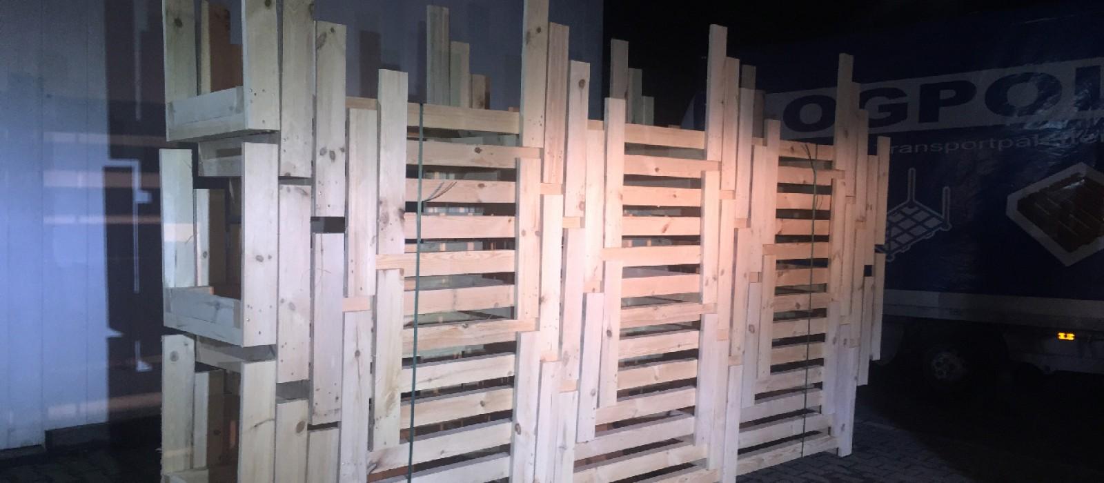Holzlanggutpaletten-im-STapel