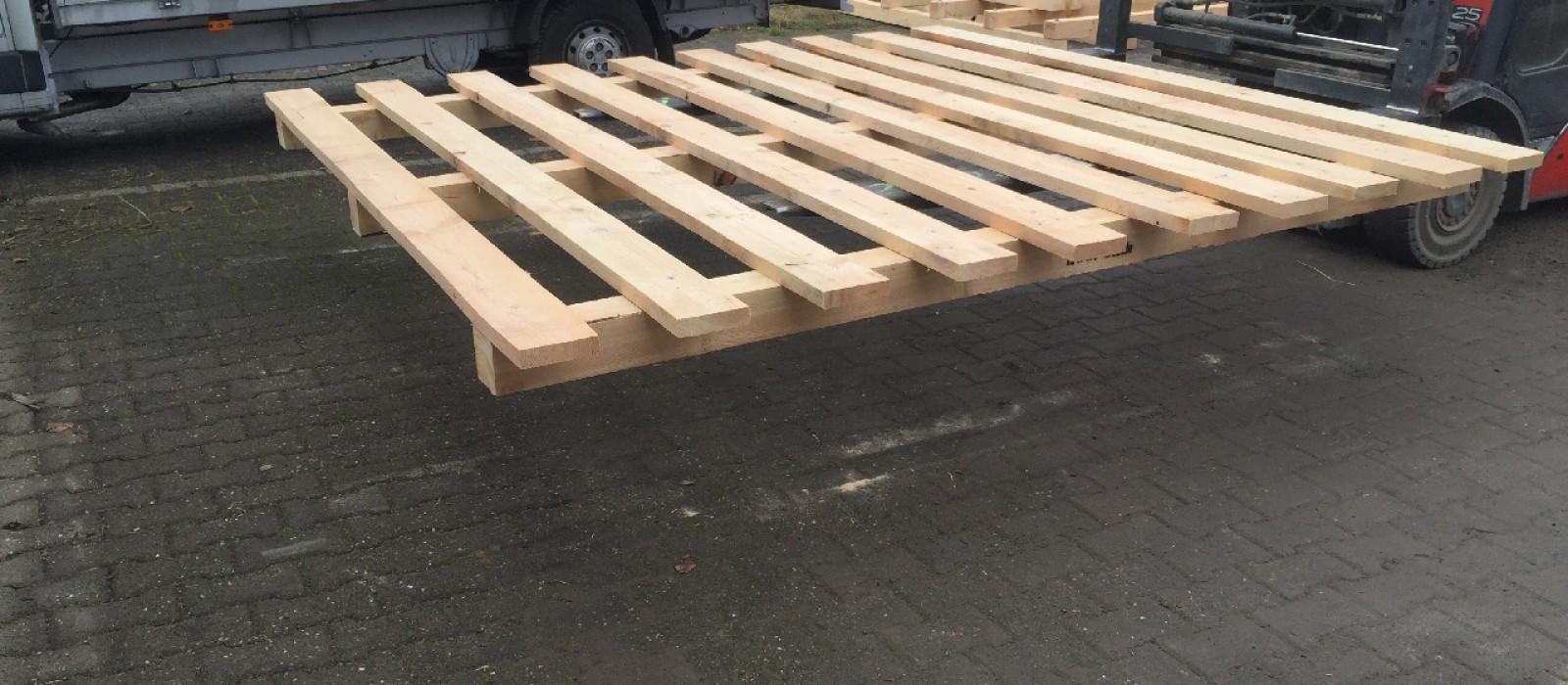 Holzpalette-mit-3-stabilen-Bodenkufen