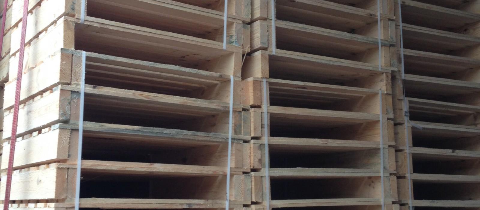 Holzpaletten-bei-der-Auslieferung-zum-Kunden
