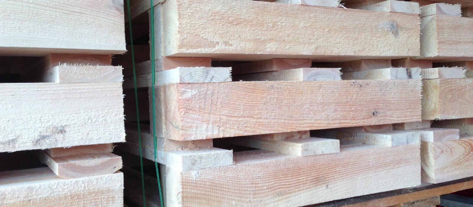 Holzpalette-im-Stapel