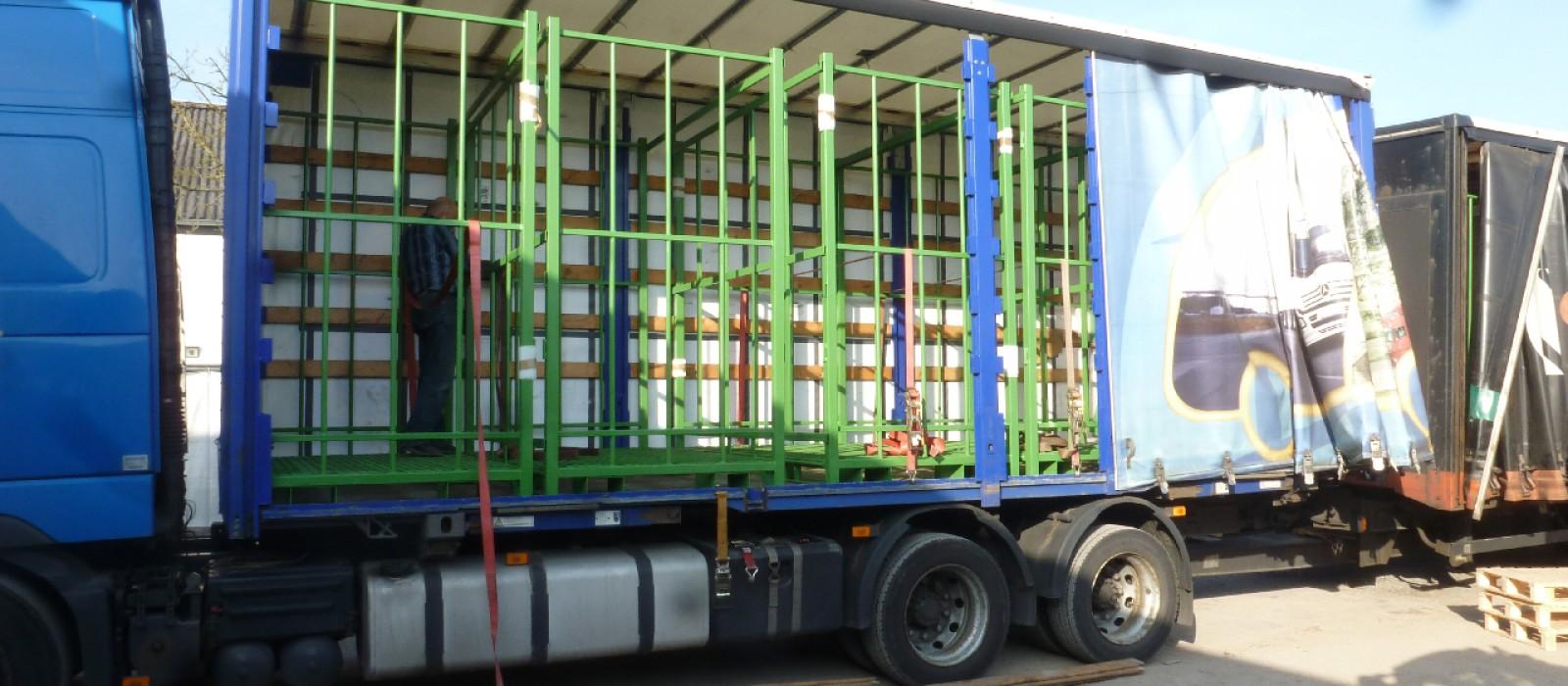 Transportpaletten—verladen-auf-dem-LKW