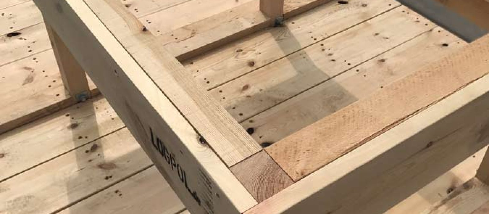 Holzpalette-mit-Brücke-LOGPOL